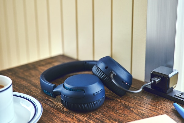 Lifestyle image of WH-XB700 headphones having a quick charge